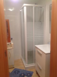 Baño, mueble, mampara y lavadora