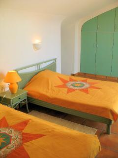 Suite con dos camas dobles de 140cm de ancho y baño.