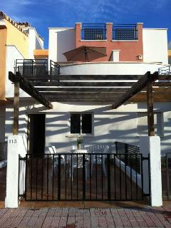 Entrada principal con terraza