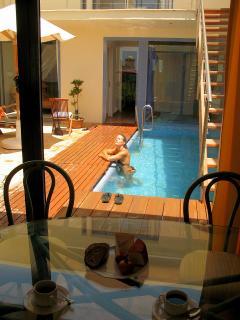 Patio con piscina privada.