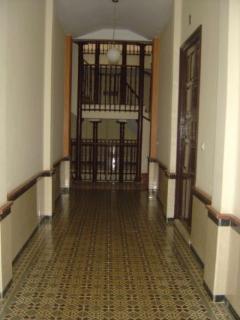 Vista al exterior. Zonas comunes del edificio rehabilitado. Baldosas antiguas, altos techos 4 m.   .