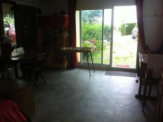 Chambre 1/ salle de jeu dite 'la cale' en rez de jardin / Vue vers cour sur rue