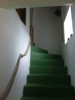 escalier vers le premier étage avec fenêtre en pavés de verres isolants