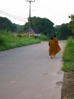 Les moines le matin devant la villa