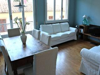 New and colourful apartment in central Florence, easy access to city sights, balcony, sleeps up to six, Florencia