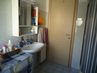 bagno con lavatrice e cabina doccia