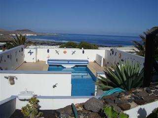 Villa Famara con Piscina privada y vistas al Mar!