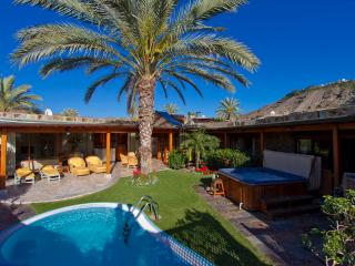 Anfi Tauro, Private Heated Pool, Garden and HotTub - perfect for families, La Playa de Tauro