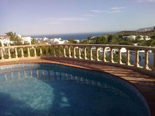 piscina vista al mar