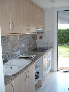 Cocina independiente con salida directa al jardin, lavaplatos frigo horno