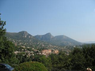 Large, bright apartment, mountain views, sleeps 4, Vence
