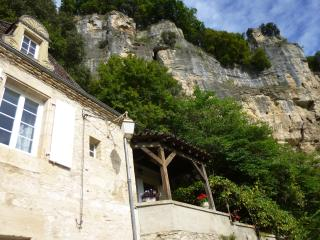 Le Mirador with its covered terrace and bedroom windown overlooking the Dordogne and La Roque Gageac