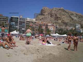 Vista del edificio desde la playa (2º de la izquierda)