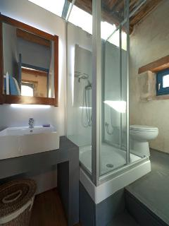 En suite bathroom of the second bedroom
