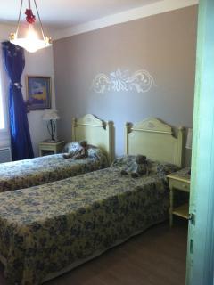 Chambre à deux lits au rez de chaussée, donnant sur jardin