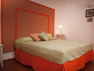 B&B Antico Granaione Orange bedroom, Rapolano Terme