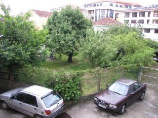 Aparcamiento, importante, pues es difícil aparcar en la calle