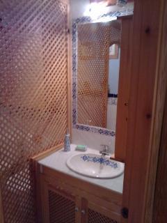 Baño de abajo, dejamos los productos básicos, gel, champú..etc. Bañera, ducha