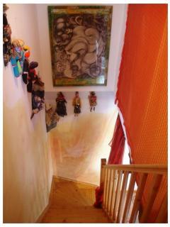 l'escalier avec collection de poupées de pays visités par les propriétaires