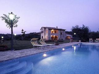 Villa Moraiolo, large villa with private pool, air conditioning, Wi-fi near Todi