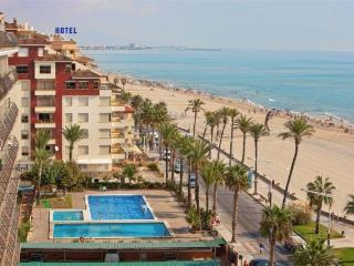 (ref 63) Apartamento en 1a linea de playa, con parking  y excelentes piscinas