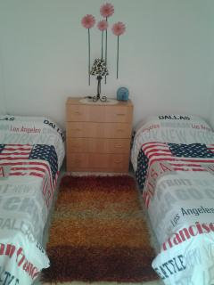 the bedroom with 2 single beds