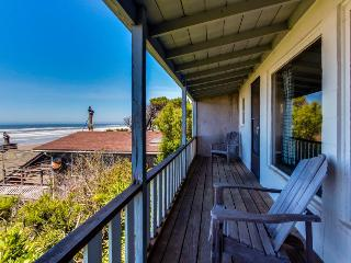 Pet-friendly beach cottage w/Pacific views & cozy features!, Waldport