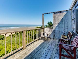 Two vintage, waterfront homes in one - walk to the beach, dogs OK!, Waldport