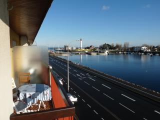 avec vue sur le canal le port et la mer