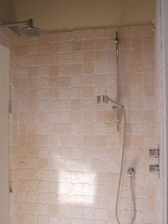 Camera Gialla ensuite: double shower.