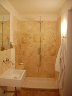 Ensuite bathroom for study/family bathroom: Zen shower