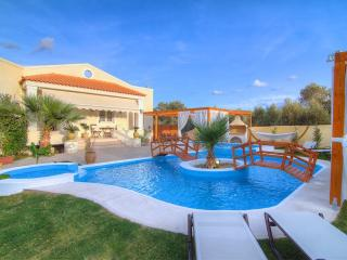Villa Eva, Private Pool & Jacuzzi!, Panormos
