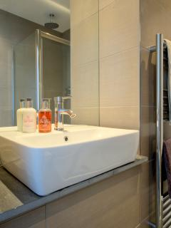 ENSUITE SHOWER ROOM BASIN WITH LARGE MIRROR