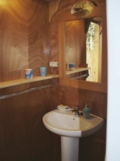 el baño, forrado de madera.