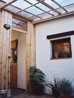 el patio cubierto que dá paso al baño