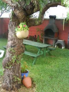 Jardín privado con barbacoa y merendero. CASA LA CABAÑA