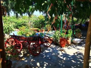 Lodge with garden ,close to the beach Faliraki