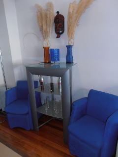 Salón butacas de terciopelo azul- y decoracion africana