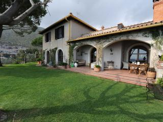 Il Casale, villa with great sea view and garden, Formia