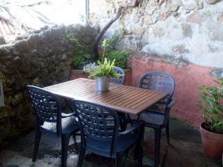 Mesa exterior para disfrutar las noches de verano