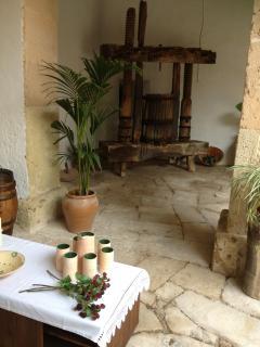 Patio interior detalle de la prensa de vino