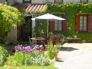 A Large 4 Bedroom Gite with a Pool for Up to 9, Castelnaudary