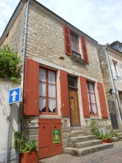 La façade côté rue et ses boiseries peintes à l'ocre naturelle