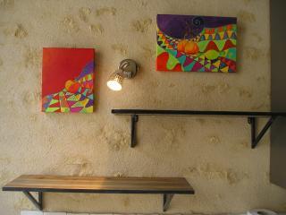 Au dessus de évier : Les acryliques  'légumes' peintes par une artiste locale : Isabelle