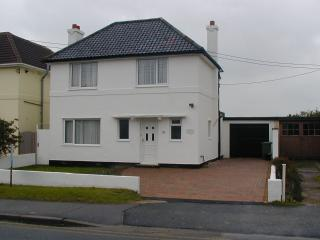 Family house, direct access to beach, games room, New Romney