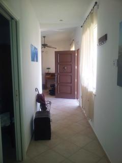 L'ampio corridoio che porta alle stanze da letto ed ai bagni