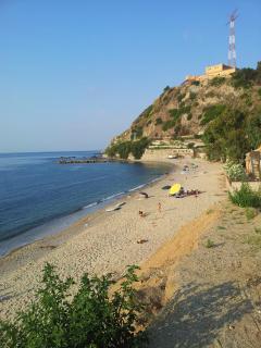 Spiaggia libera lato nord a 700 mt dall'appartamento