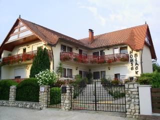 House Black, Vonyarcvashegy