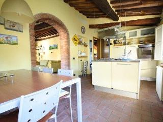Tuscan- style one bedroom apartment in Lucca, two