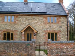 Plumtree Cottage, sleeps 6, Private Hot Tub, Woolland